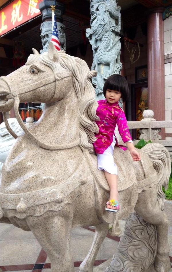 Con gái Thúy Nga mặc áo dài hồng dễ thương đi lễ chùa 5