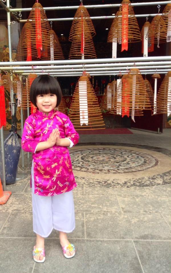 Con gái Thúy Nga mặc áo dài hồng dễ thương đi lễ chùa 4
