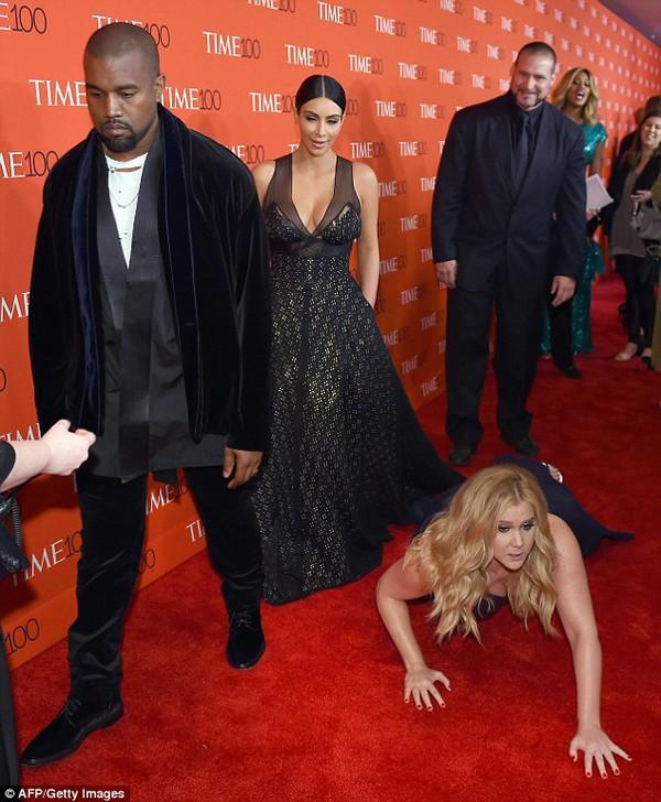 Kim Kardashian, Kanye West mặc kệ cô gái bị ngã
