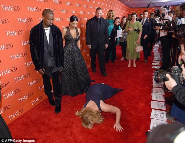 Sao Hollywood giả vờ ngã trước Kim Kardashian