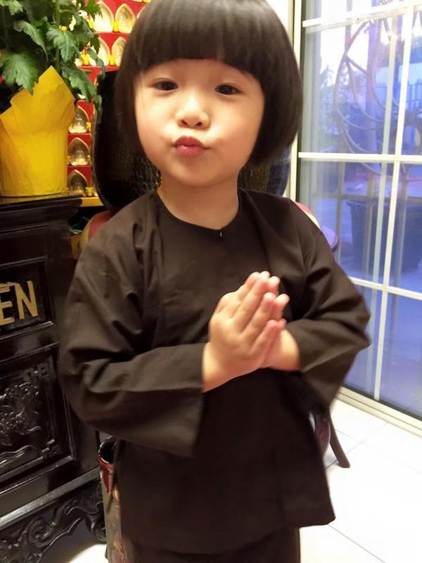 Con gái Thúy Nga chu mỏ dễ thương