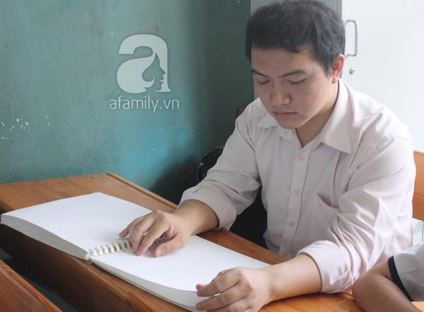 Khâm phục tài năng, nghị lực của thầy giáo khiếm thị dạy toán hiếm hoi ở TP.HCM