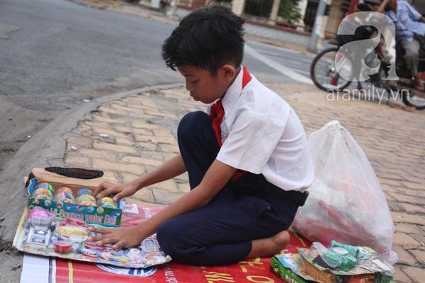 Cảm thương cậu bé 10 tuổi vất vả bán hàng giúp đỡ gia đình 1