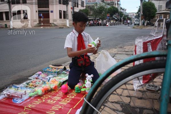 Cảm thương cậu bé 10 tuổi vất vả bán hàng giúp đỡ gia đình 4