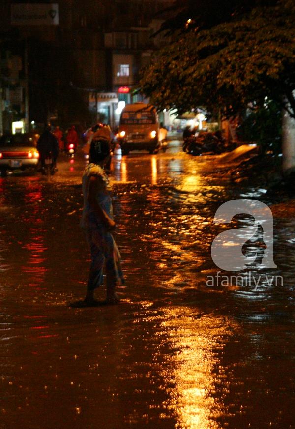 Mưa lớn kéo dài, đường Sài Gòn lại biến thành sông 9