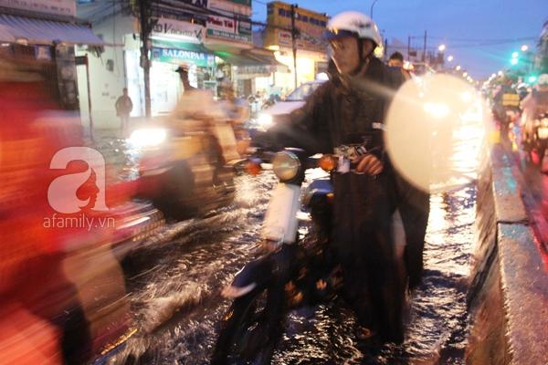 Mưa lớn kéo dài, đường Sài Gòn lại biến thành sông 4