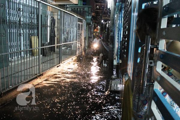 Mưa lớn kéo dài, đường Sài Gòn lại biến thành sông 1