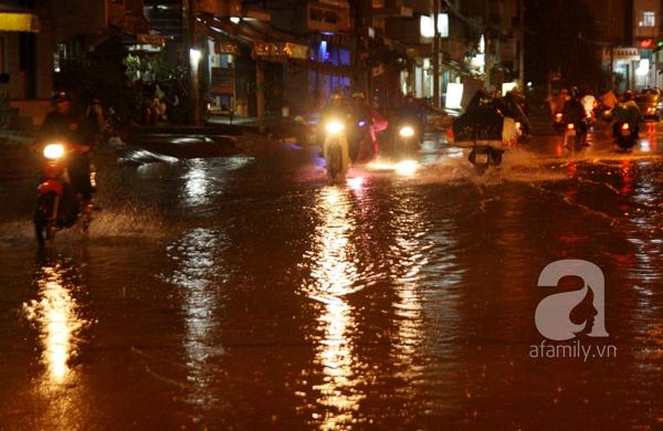 Mưa lớn kéo dài, đường Sài Gòn lại biến thành sông 10