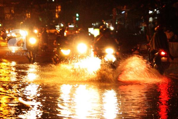 Mưa lớn kéo dài, đường Sài Gòn lại biến thành sông 6