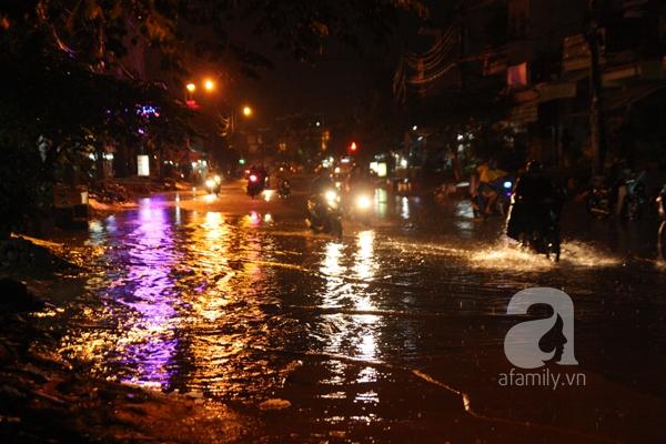 Mưa lớn kéo dài, đường Sài Gòn lại biến thành sông 12