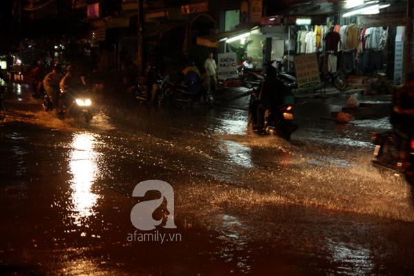 Mưa lớn kéo dài, đường Sài Gòn lại biến thành sông 13