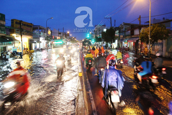 Mưa lớn kéo dài, đường Sài Gòn lại biến thành sông 7