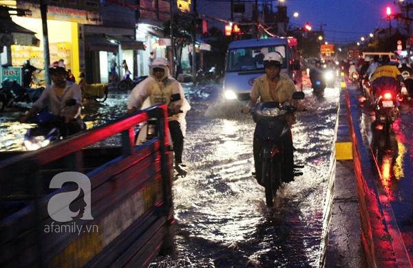 Mưa lớn kéo dài, đường Sài Gòn lại biến thành sông 8