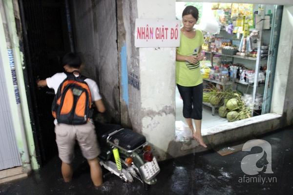 Mưa lớn kéo dài, đường Sài Gòn lại biến thành sông 5