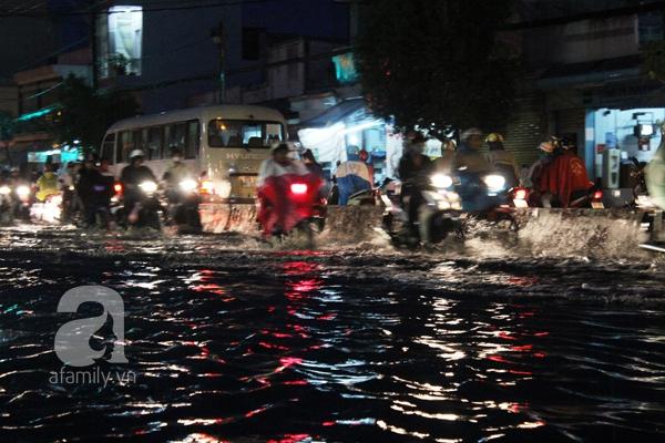 Mưa lớn kéo dài, đường Sài Gòn lại biến thành sông 11