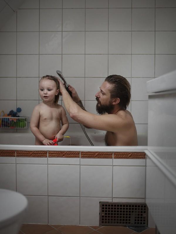 Tan chảy với bộ ảnh bố Thụy Điển ở nhà chăm con 7