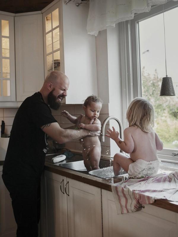 Tan chảy với bộ ảnh bố Thụy Điển ở nhà chăm con 13