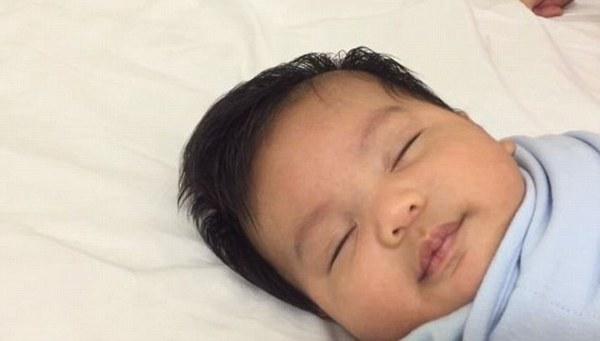 Chiêu cho con ngủ cực độc bằng giấy ăn của ông bố trẻ 3