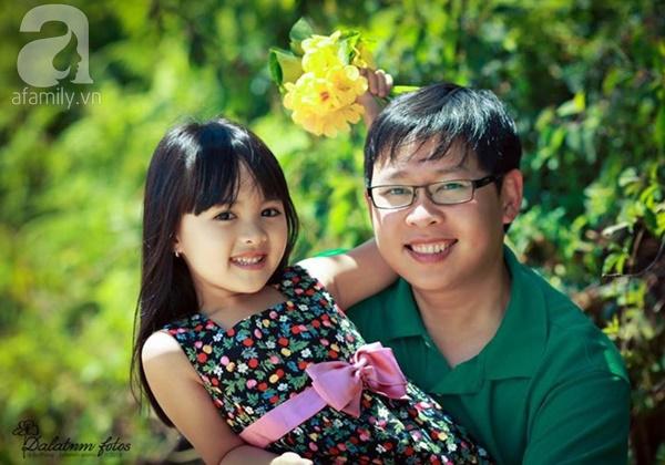 """Bố Việt mê chụp ảnh con: """"Con thích ăn mỳ gói thì cứ để cho con ăn"""""""
