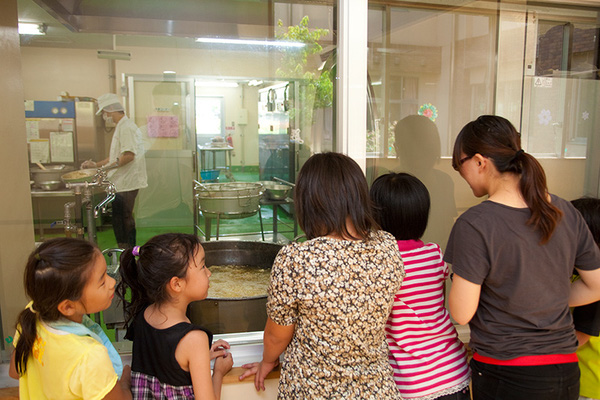 Tận mắt chứng kiến bữa trưa ở trường tiểu học Nhật Bản