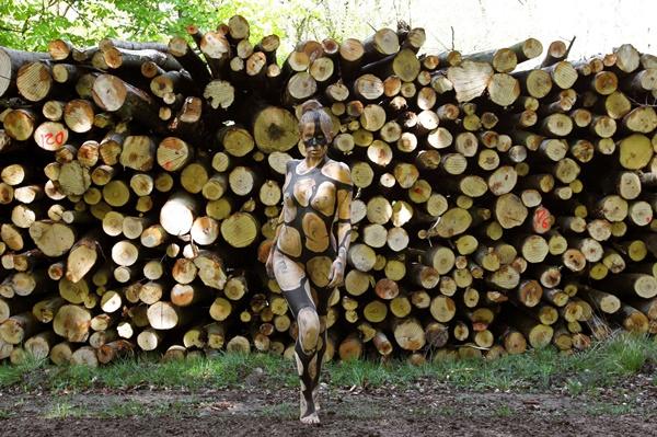 """Xem mẫu nữ nude được """"ngụy trang"""" tài tình bên khúc gỗ, vách đá"""