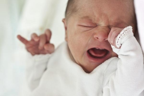 Vì sao không nên để bé tự khóc và ngủ?