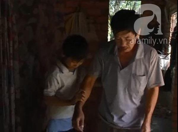 Mẹ bỏ đi, cha bệnh nặng, cậu bé 14 tuổi một mình kiếm tiền mưu sinh 5