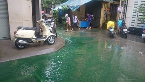 Người dân ngạc nhiên trước dòng nước xanh như nước biển. Ảnh: Thanh Hà.