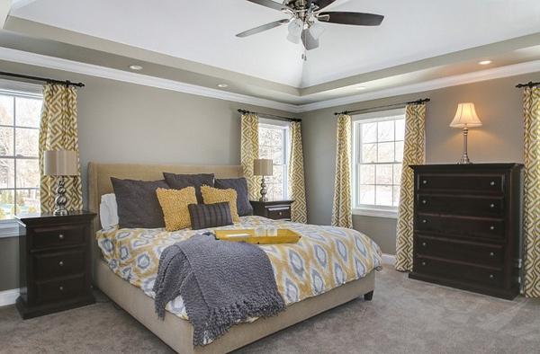 Phòng ngủ với gam màu xám sang trọng và vàng thanh lịch 15