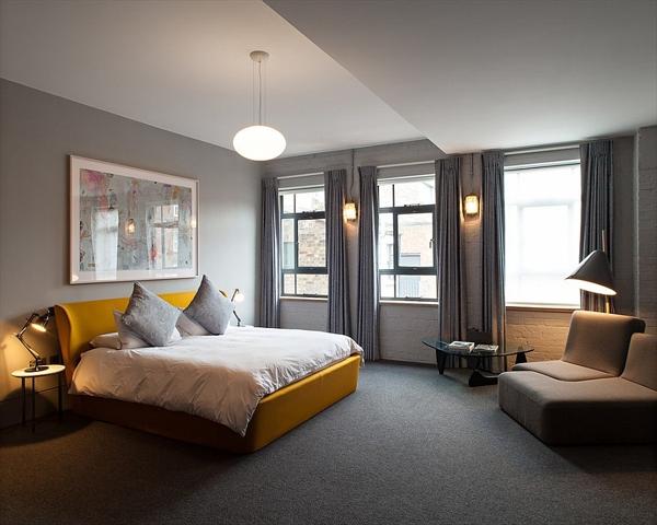 Phòng ngủ với gam màu xám sang trọng và vàng thanh lịch 17