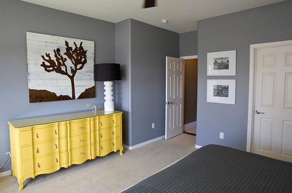 Phòng ngủ với gam màu xám sang trọng và vàng thanh lịch 19