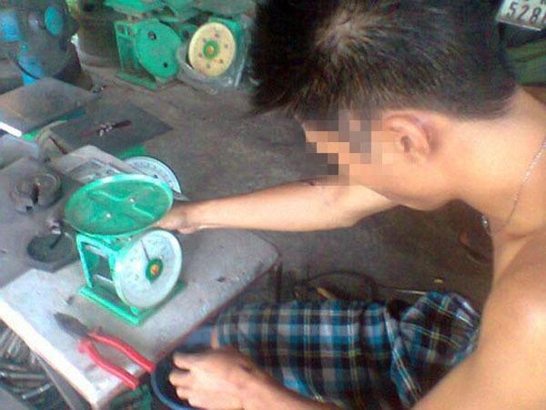 """Cân """"điêu"""" tại Hà Nội: Quái chiêu móc túi những chị em hay mặc cả  6"""