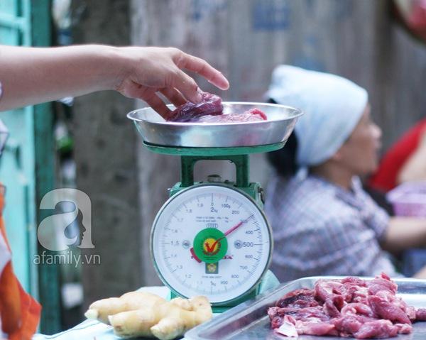 """Cân """"điêu"""" tại Hà Nội: Quái chiêu móc túi những chị em hay mặc cả  5"""