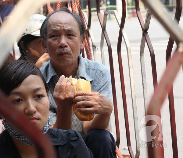 Bữa trưa dã chiến tiếp sức cho người dân đến viếng Đại tướng 4