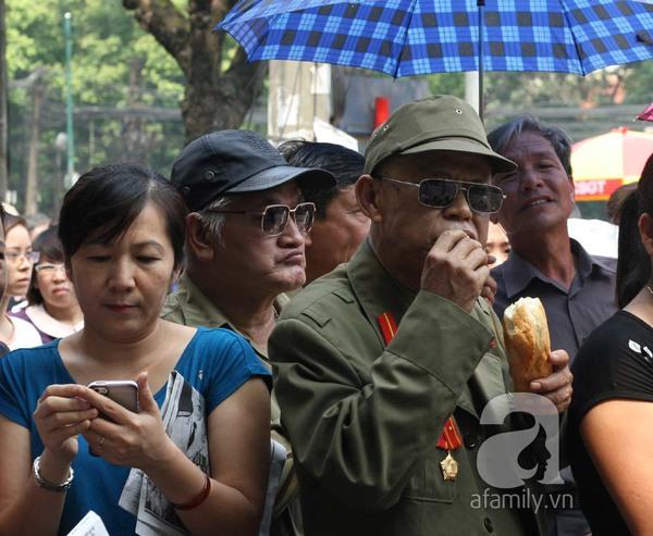 Bữa trưa dã chiến tiếp sức cho người dân đến viếng Đại tướng 5