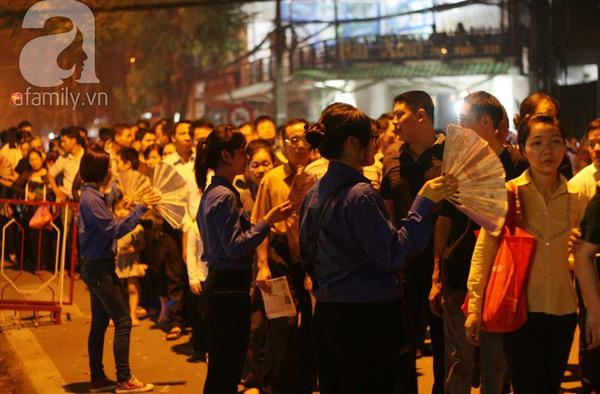 Quanh nhà tang lễ vẫn đông người trong đêm khuya 6