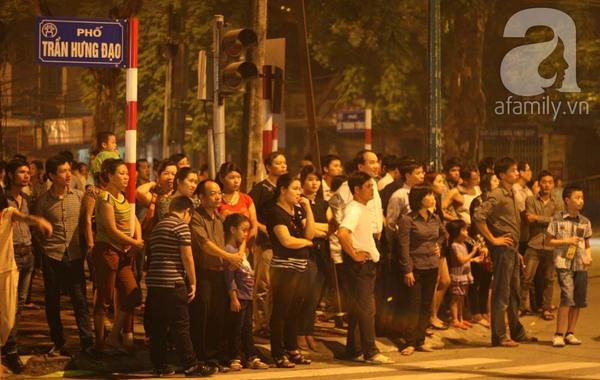 Quanh nhà tang lễ vẫn đông người trong đêm khuya 5