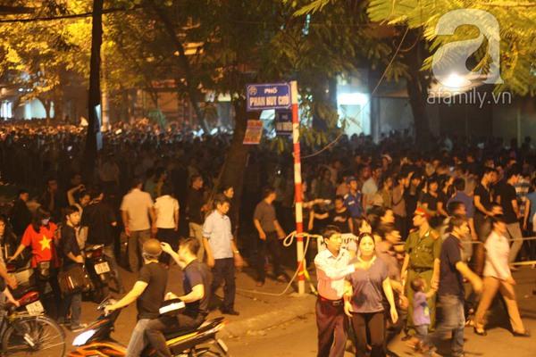 Quanh nhà tang lễ vẫn đông người trong đêm khuya 3