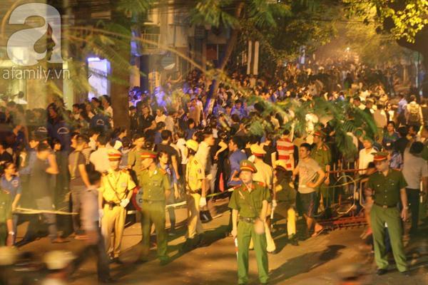 Quanh nhà tang lễ vẫn đông người trong đêm khuya 4