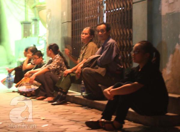 Quanh nhà tang lễ vẫn đông người trong đêm khuya 10
