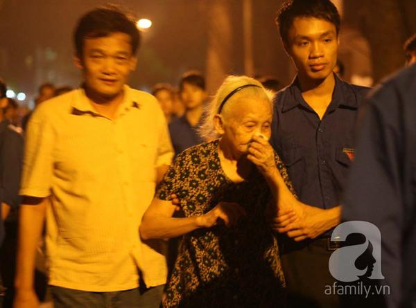 Quanh nhà tang lễ vẫn đông người trong đêm khuya 8