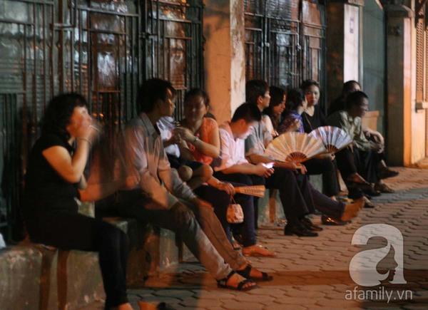 Quanh nhà tang lễ vẫn đông người trong đêm khuya 11