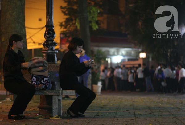 Quanh nhà tang lễ vẫn đông người trong đêm khuya 14