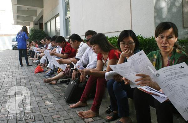 Phụ huynh ngồi tính toán chi tiêu trong buổi sáng làm thủ tục thi Đại Học 10