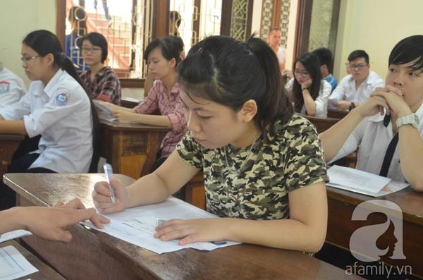 Phụ huynh ngồi tính toán chi tiêu trong buổi sáng làm thủ tục thi Đại Học 5