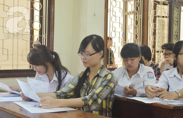 Phụ huynh ngồi tính toán chi tiêu trong buổi sáng làm thủ tục thi Đại Học 6