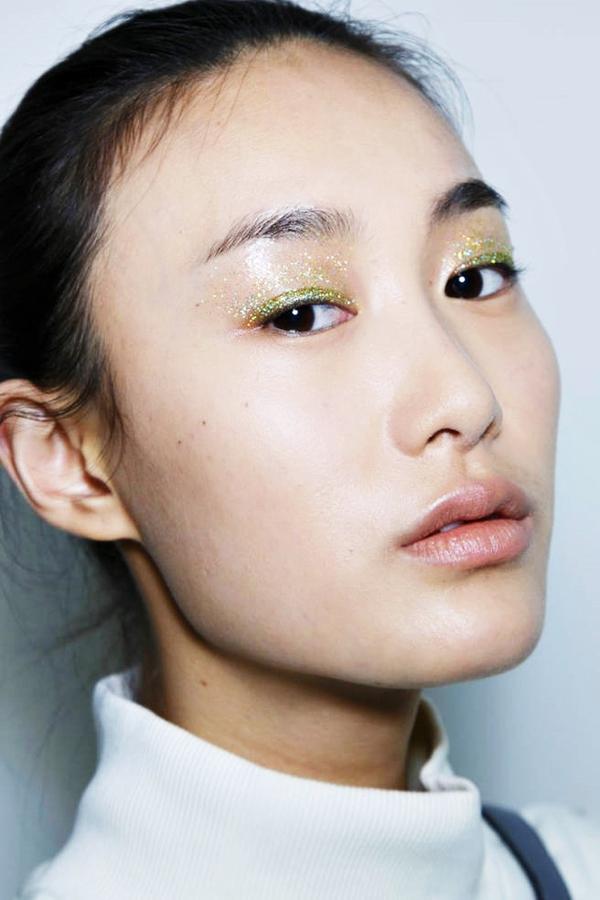 7 mẹo trang điểm mắt-môi nhũ mới toanh cho những ngày lễ hội 3