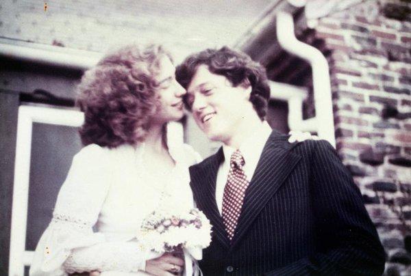 Người bảo vệ nhìn đôi trẻ và hiểu ra mọi chuyện nên đồng ý cho hai người vào xem triển lãm. Xem tranh xong, hai người ra vườn dọn dẹp như đã hứa. Họ ngồi lại trong vườn trò chuyện và một lát sau, Bill đã có thể tựa đầu lên vai Hillary. Kể từ ngày đó, Bill chuyển sang mê tranh Rothko vì đó chính là lần đầu tiên ông được hẹn hò với quý cô Hillary.