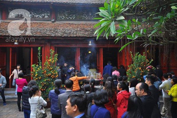 Người dân Hà Nội - Sài Gòn nô nức đi lễ chùa ngày đầu năm 2