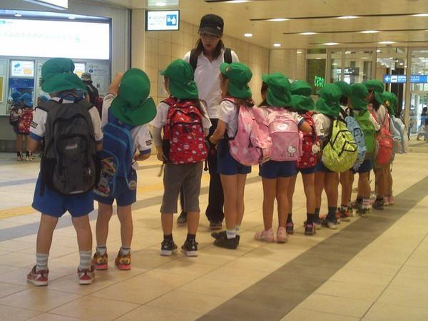 Dưới 10 độ C, trẻ em Việt được nghỉ học, trẻ em Nhật mặc quần đùi đi học để… bị ốm